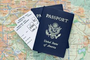 boardingkort för flygplan och amerikanska pass över kartan foto