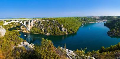 floden krka, bro och stad i kroatien
