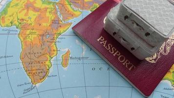 karta över Afrika och resväskor foto