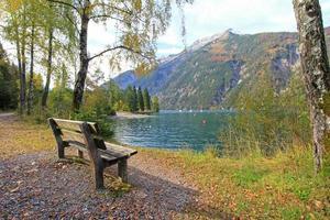 bänk längs Achensee sjön i Tirol, Österrike foto