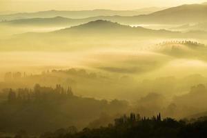 landskap fotografering av dimmiga berg foto
