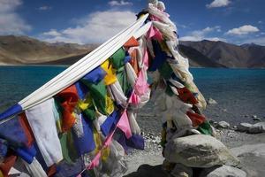 buddhistiska bönflaggor som flyger vid Pangong TSO (sjön) Ladakh, Indien