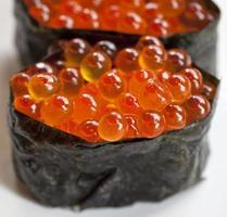 närbild ikura sushi med tång foto
