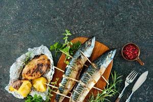 grillad makrillfisk med bakad potatis foto