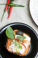 ångad fisk med curry pasta foto