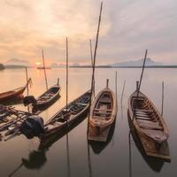 fiskeby och soluppgång vid samchong-tai foto