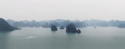 Halong Bay Vietnam panorama. panoramautsikt över den långa bukten foto