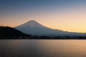 berget fuji och sjön vid solnedgången foto