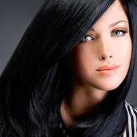 vacker brunett kvinna med långt svart rakt hår foto