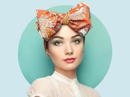 porträtt av vacker ung kvinna med rosett foto
