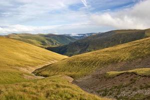 lång sicksackväg mellan kullar, Fagarasbergen, Rumänien