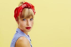 vacker ung kvinna i retro kläder foto