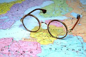 glasögon på en karta över Europa - Lettland foto