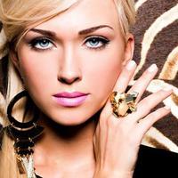 vacker ansikte av ung kvinna med modemakeup foto