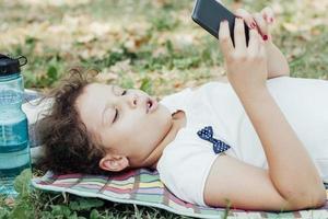 liten flicka som använder smart telefon