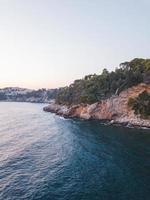 blått hav nära en klippa