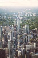 Flygfoto över stadsbyggnader på dagtid