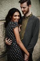 attraktiva par omfamnar i new york city foto