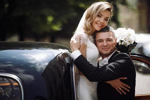 brudgummen håller bruden i armarna foto