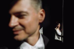 stilig brudgum som står framför sin brud