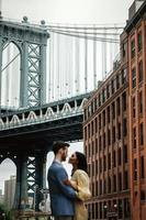 attraktiva par omfamnar i stadsgatan foto