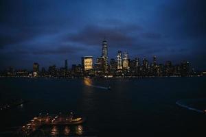 upplyst stadssilhuett på natten