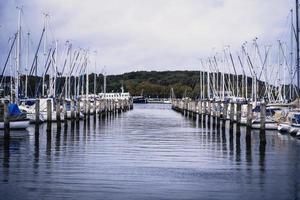en havsutsikt av vatten med båtar foto