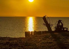 gyllene soluppgång över havet foto