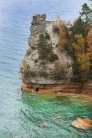 blått vatten och en klippa