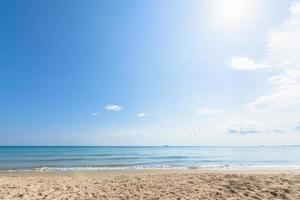 utsikt över stranden och den klara himlen foto