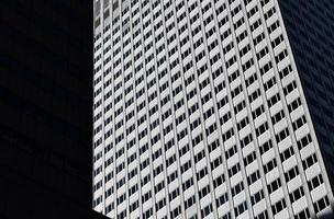 grå höghus i öppen sol foto