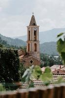 kyrka omgiven av hus under dagtid