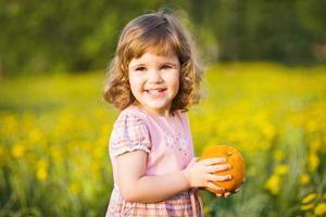 sött barn med en apelsin