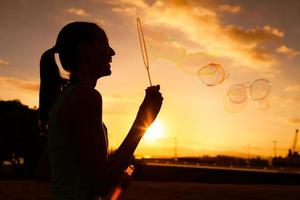 blåser bubblor foto
