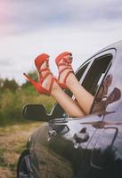 kvinnans ben ut ur bilfönstret. foto
