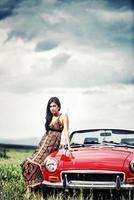ung kvinna i ett fält