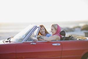 kvinna som sitter i en konvertibel bil