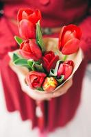 vacker röd tulpanbukett