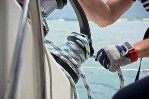 vinsch och sjömän händer på en segelbåt foto