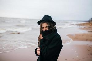 porträtt av en ung flicka i en hatt