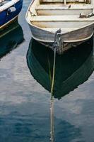 båt förtöjd i en hamn