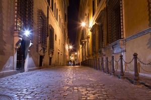 gångvägar mellan byggnader i centrala Rom på natten