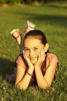 glad tjej i parken