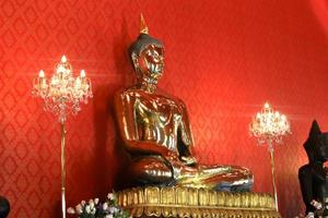 stor gyllene buddha bild vid tempel bangkok