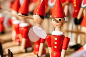 traditionell pinocchio-leksak av trä. foto