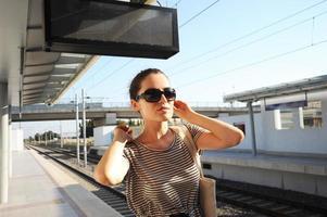 flicka på en tågstation