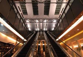rulltrappor på flygplatsen foto