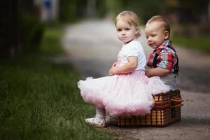 liten pojke och flicka med resväska