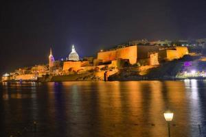 malta-valletta utsikt på natten