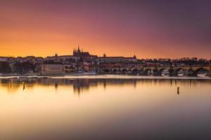 solnedgång på charles bridge, tjeckiska republiken